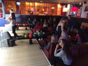 Photo au bowling lors de la journée d'intégration